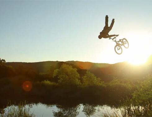 Un vélo, une bosse et un étang